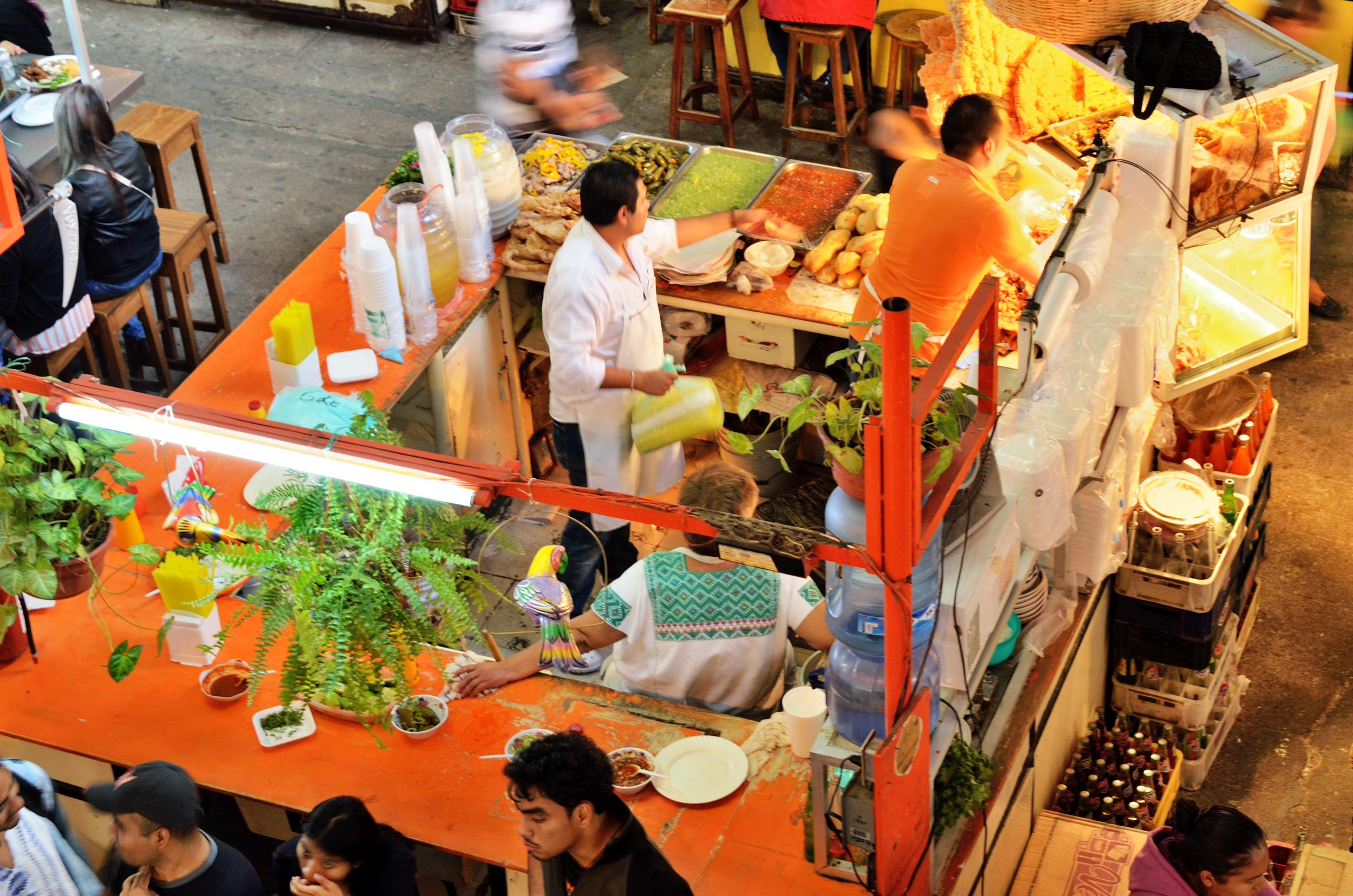 Como en todo México, siempre será una delicia visitar los mercados y sitios populares de comida, para disfrutar de la variada gastronomía manita. Guanajuato no es la excepción. Foto: Takamex-Shutterstock