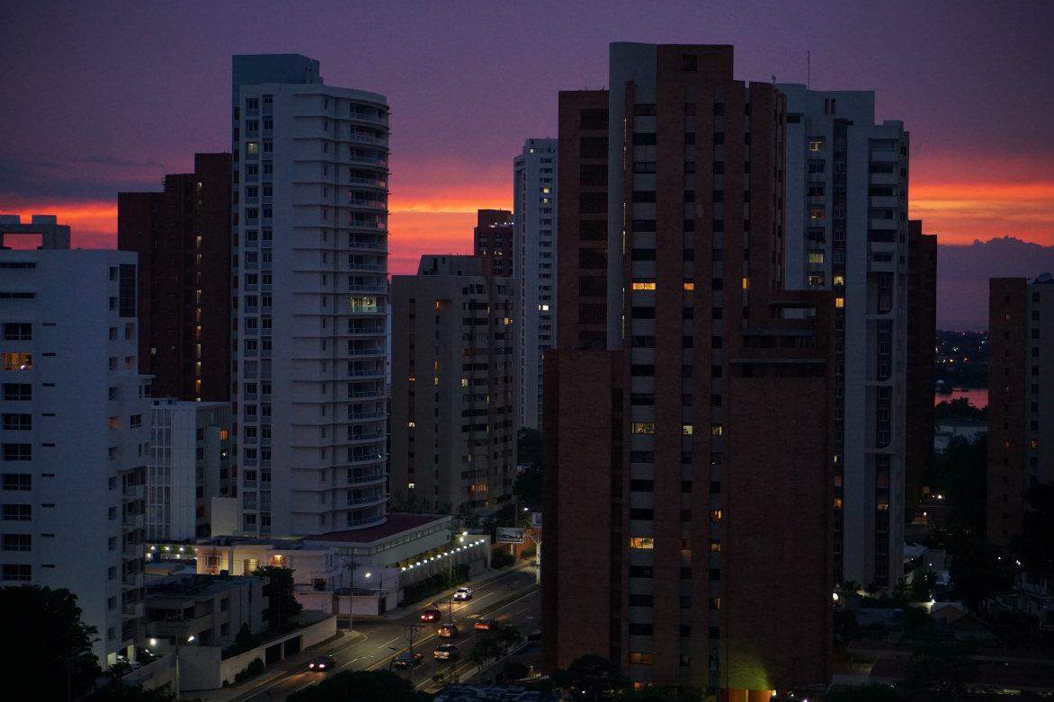Maracaibo tiene uno de los mayores niveles de consumo per cápita de energía eléctrica de Latinoamérica, debido a que la arquitectura no se ha adaptado a las características climáticas propias de una ciudad costera. El uso de aire acondicionado, por ejemplo, es alto.