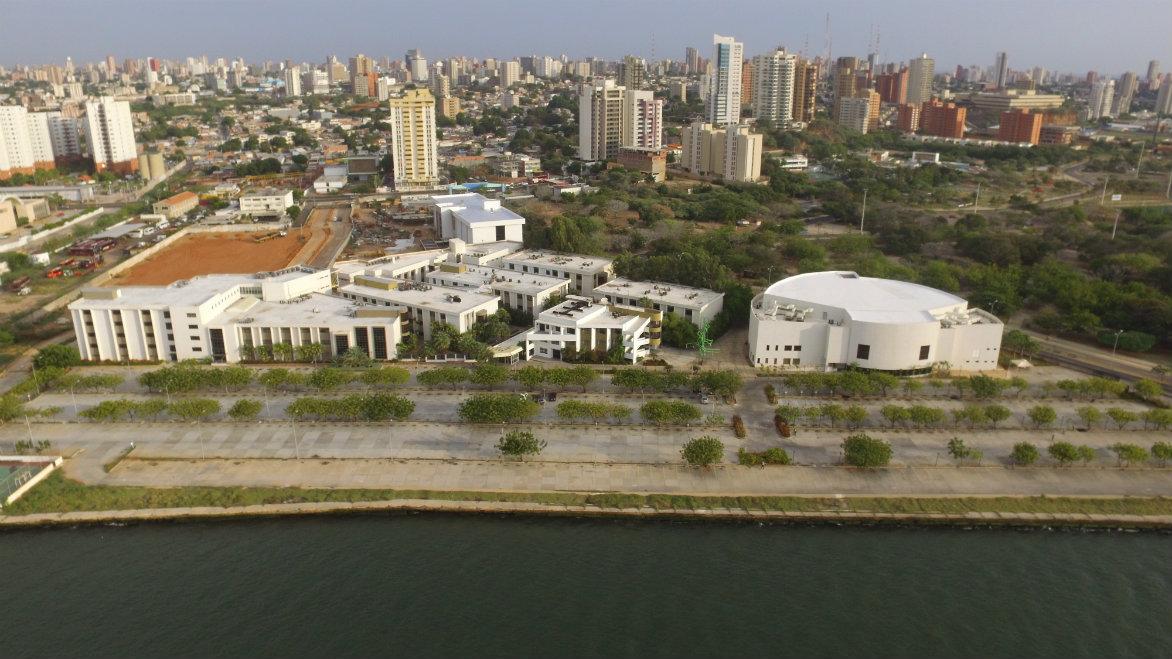 Maracaibo es el centro económico más importante del occidente venezolano debido a la industria petrolera que se desarrolló en las riberas del lago de Maracaibo.