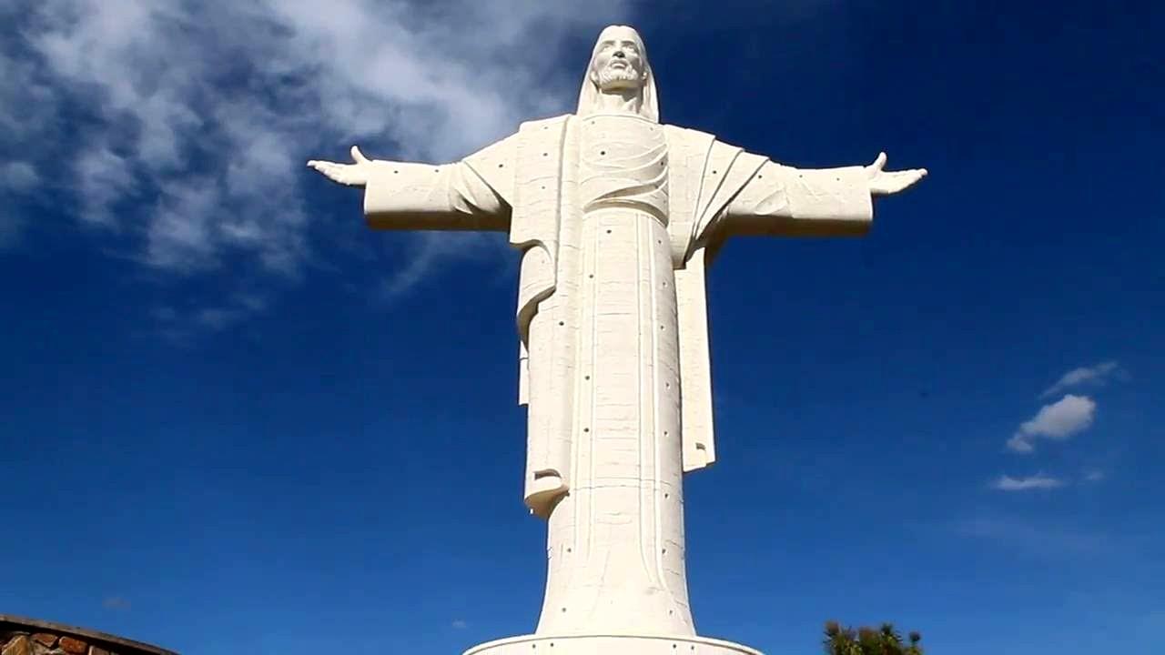 El Cristo de la Concordia está ubicado en el cerro San Pedro en la ciudad de Cochabamba (Bolivia). Tiene una altura de 40.44 metros y fue elaborado por los escultores y arquitectos cochabambinos, los hermanos Walter y Cesar Terrazas.