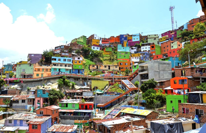 El color de los grafitis fue acompañado por los programas sociales 'Medellín se Pinta de Vida' y 'Techo una Historia', para hacer aún más colorida la zona.