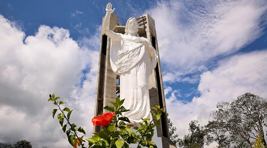 """En la localidad de Floridablanca está la imagen de Cristo más alta de Colombia y lleva como nombre """"El Santísimo"""". La imagen forma parte de un complejo turístico, denominado Ecoparque Cerro del Santísimo, y tiene un peso de 40 toneladas y una altura de 38 metros, incluido su pedestal."""