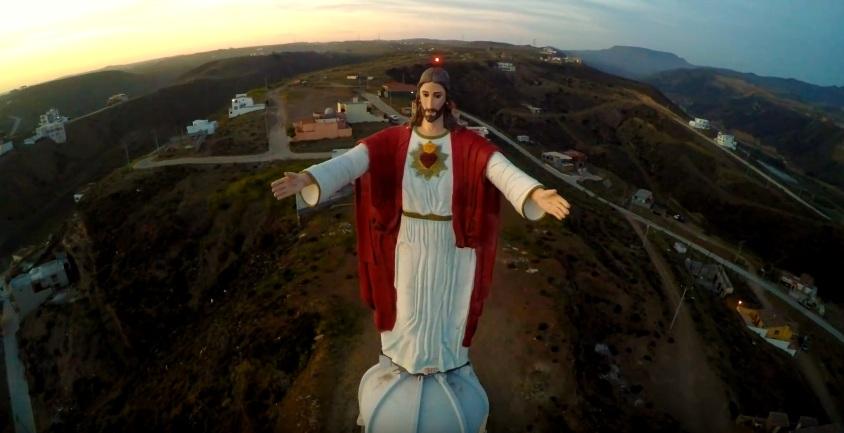 El Cristo del Sagrado Corazón, de 23 metros de altura, se encuentra en la localidad de El Morro, al sur de la ciudad de Rosarito, en el estado de Baja California en México. La estatua pesa 40 toneladas.