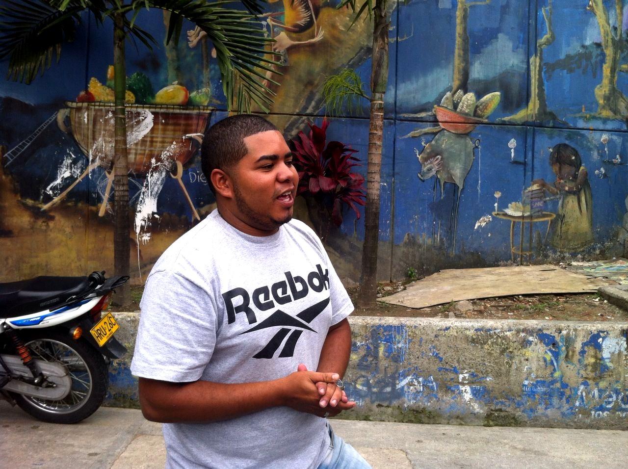 Sebastián Castro, joven administrador de empresas que vive en la comuna, nos acompaña como guía en el Graffitour.