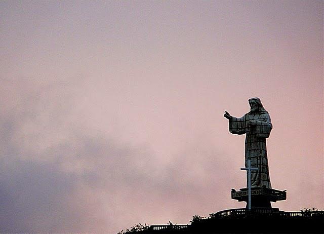 El Jesús de la Misericordia tutela la bahía de San Juan del Sur, en Nicaragua. La obra de 24 metros de altura fue diseñada y creada por el artista costarricense Max Ulloa. Fue hecha por encargo del empresario nicaragüense Erwin González, propietario de un exclusivo complejo residencial en esa zona.
