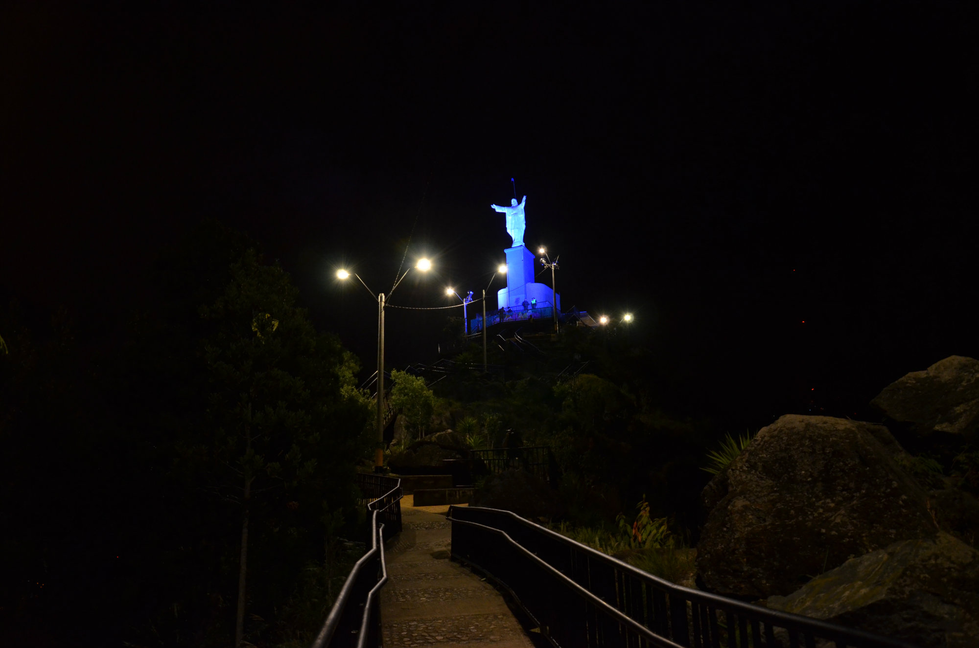 El Cristo Rey, ubicado en el Cerro el Picacho de Medellín. Hace parte de un Ecoparque desde donde hay una vista imponente de la ciudad. Su altura es de 10 metros.