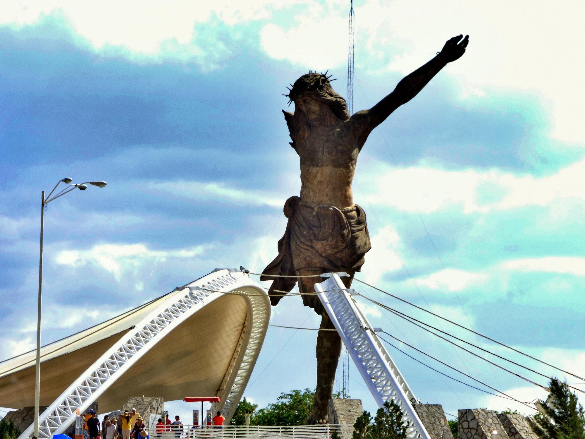 Ubicado en la Isla de la Presa Plutarco Elías Calles, El Cristo Roto es un emblema de Aguascalientes (México). La escultura tiene 25 metros de altura y una base de 3 metros de concreto y acero. La obra es del escultor Miguel Romo. Foto: Luis Alvaz