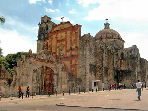5. La Catedral de Cuernavaca se estableció en 1525 por los doce primeros frailes franciscanos que llegaron a México, pero su construcción comenzó en 1529.