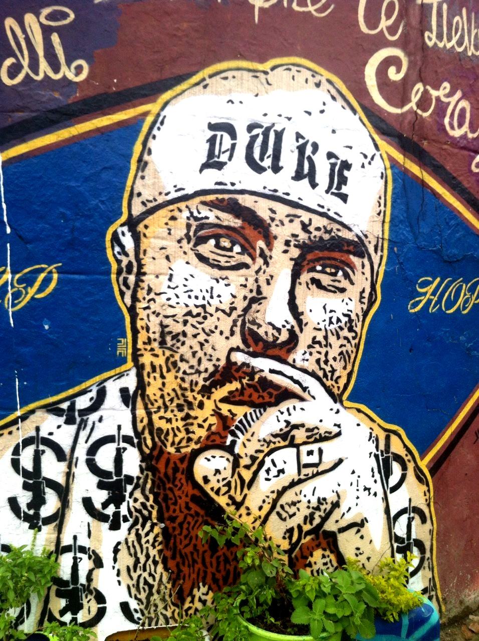 Grafiti en homenaje a Elider Varela 'El Duke', gestor cultural e impulsor del hip hop en la comuna 13, que fue asesinado en 2012, como muchos otros raperos de la zona.