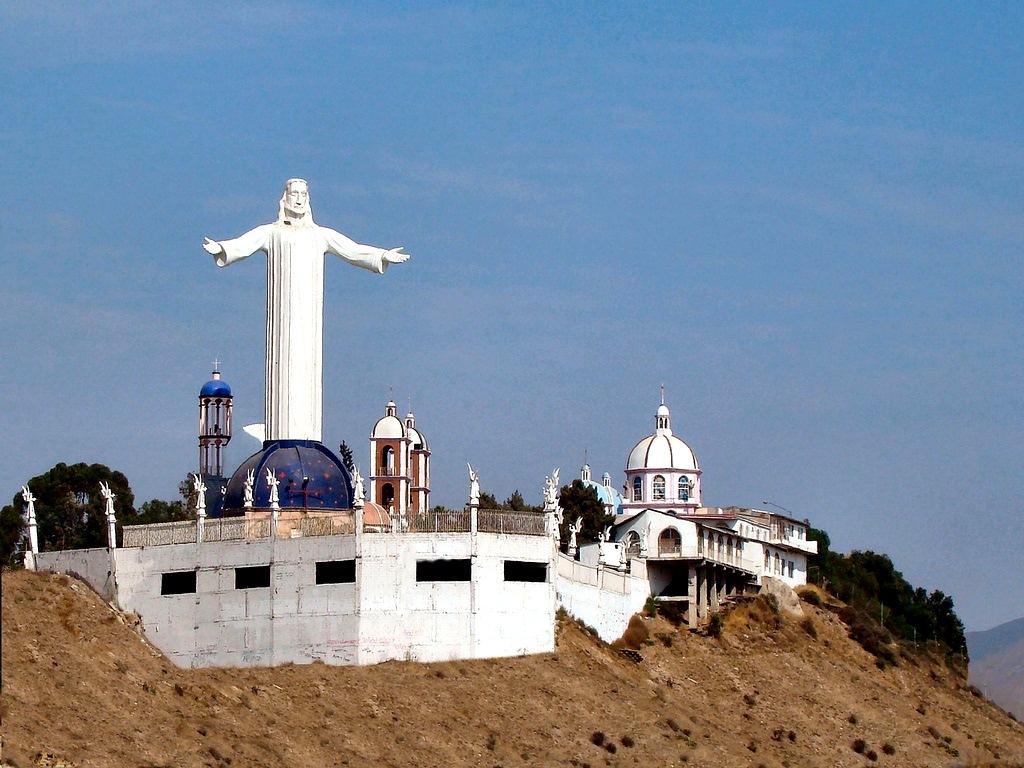 Los brazos abiertos del Cristo Rey acogen a la ciudad de Tijuana (México), desde la iglesia de San Martín de Porres ubicada en la colonia Los Álamos. La estatua tiene 23 metros de altura. Foto: Megaconstrucciones.net