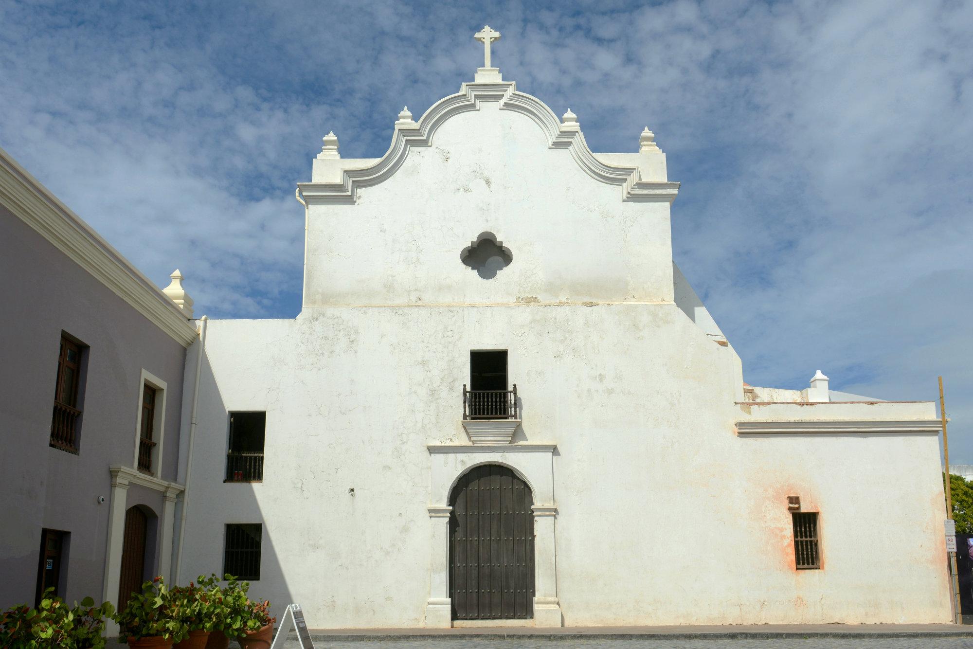 6. La Iglesia San José (San Juan de Puerto Rico), fue construida desde 1532 por la orden de los dominicos como parte de su Monasterio de Santo Tomás de Aquino. Su nombre actual fue dado por los jesuitas cuando tomaron control del monasterio en 1865.