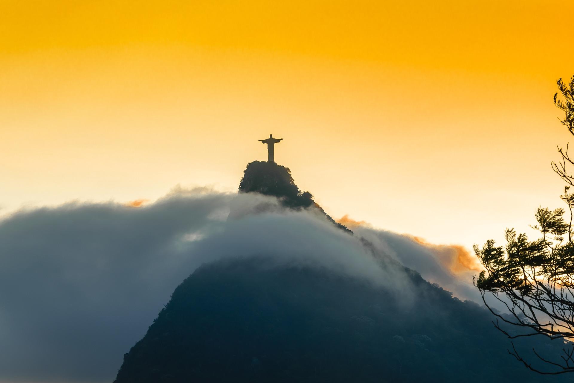 El Cristo Redentor de Río de Janeiro es quizás la figura más reconocida de esa ciudad. Tiene 30 metros y pesa 1.200 toneladas. Se levanta majestuoso sobre un pedestal de 8 metros de alto, justo en la cima del Cerro del Corcovado, a 710 metros sobre el nivel del mar, dentro del Parque Nacional de Tijuca.