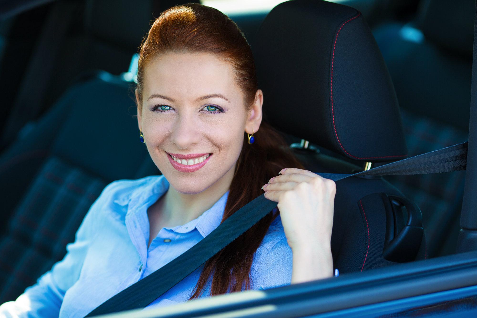 8. El uso del cinturón de seguridad reduce entre 45 y 50% el riesgo de accidente mortal entre los pasajeros sentados en la parte delantera. Aproximadamente 105 países, que representan el 67% de la población mundial, cuentan con leyes que exigen la utilización del cinturón de seguridad por parte de todos los ocupantes de un vehículo, conforme a las mejores prácticas.