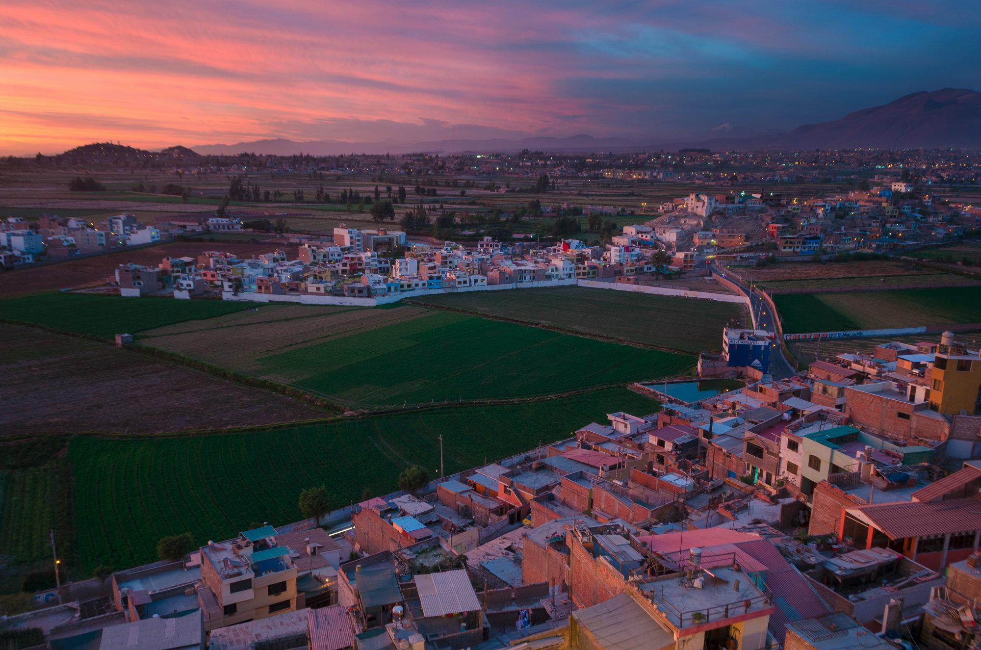 El área metropolitana tiene como cabeza a la ciudad y está formada por 19 distritos que se extienden sobre una superficie de 3 mil kilómetros cuadrados de los cuales 101 kilómetros cuadrados son netamente urbanos.