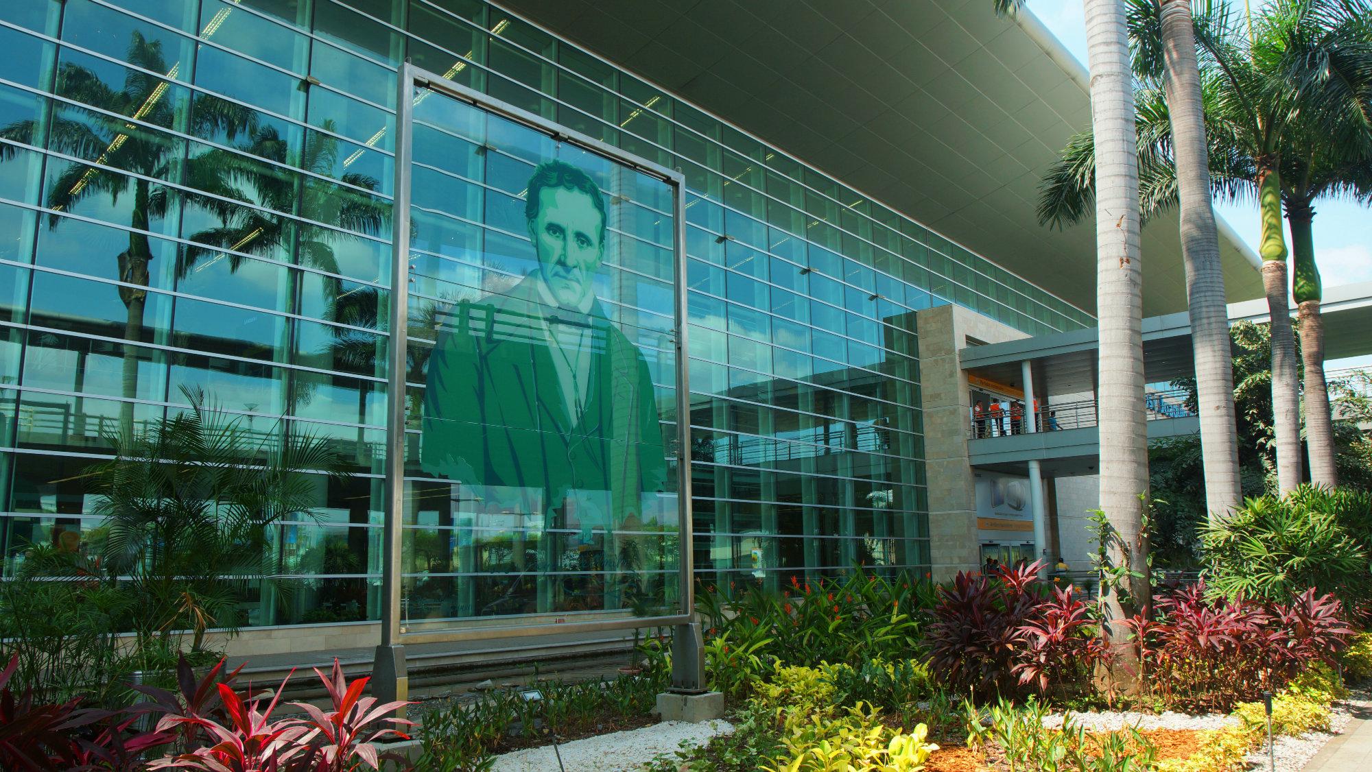 La primera estación que nos recibe en Guayaquil es el Aeropuerto Internacional José Joaquín de Olmedo. Fue nombrado así en honor al poeta y prócer guayaquileño, primer alcalde que tuvo la ciudad. Foto: Alejo Miranda-Shutterstock