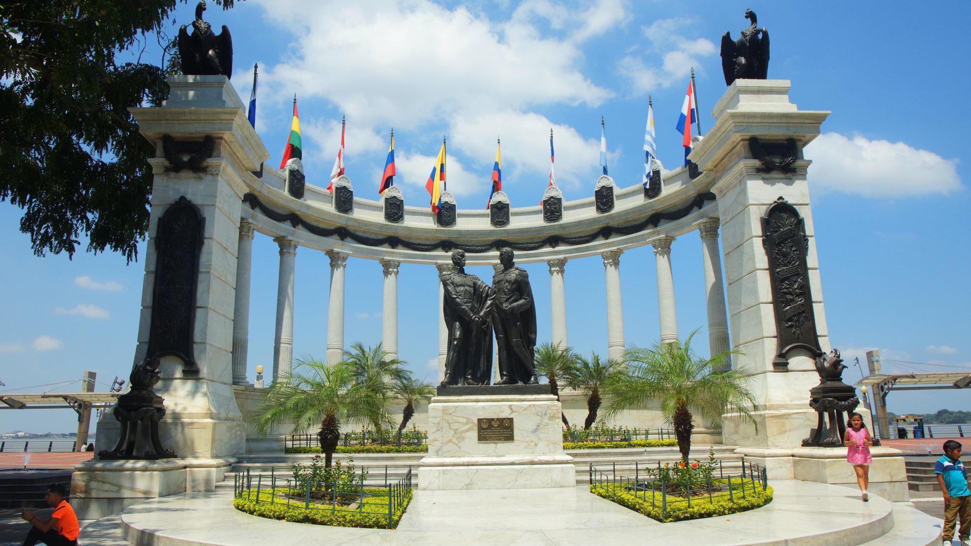 El Hemiciclo de la Rotonda es un monumento que conmemora la 'Entrevista de Guayaquil', en la que los libertadores Simón Bolívar (la Gran Colombia) y José de San Martín (Perú), tuvieron un encuentro en la ciudad el 26 de julio de 1822, con el objetivo de decidir el futuro de la Provincia Libre de Guayaquil y de la independencia sudamericana. Foto: Alejo Miranda -Shutterstock