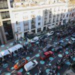 'Calles Compartidas para un Distrito bajo en Carbono' es el nombre de la iniciativa de Santiago de Chile, gestada a partir de experiencias en movilidad sustentable y participación ciudadana en el Reino Unido. Mezcla Urbanismo táctico, movilidad y gestión medio ambiental.