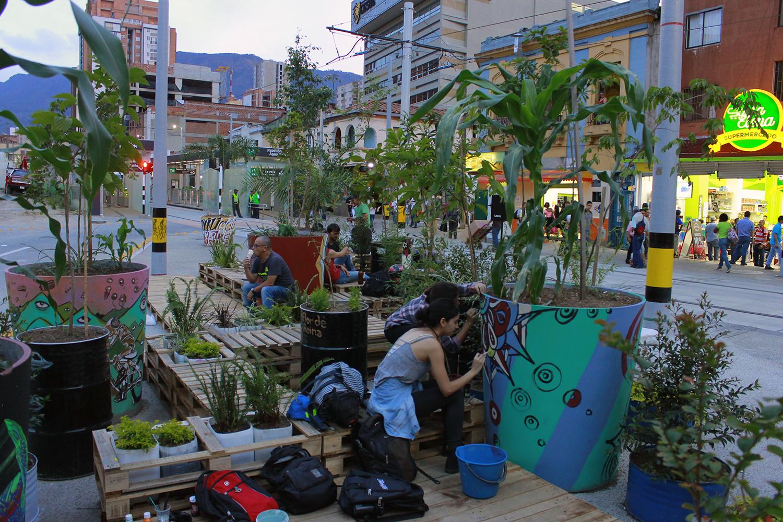 En Medellín el proyecto llamado 'Green Virus' buscó a través de un conjunto de intervenciones creativas, económicas, y efectivas, incrementar los niveles de áreas verdes de la ciudad con 3 elementos: vegetación, mobiliario urbano hecho con materiales reciclados y arte.