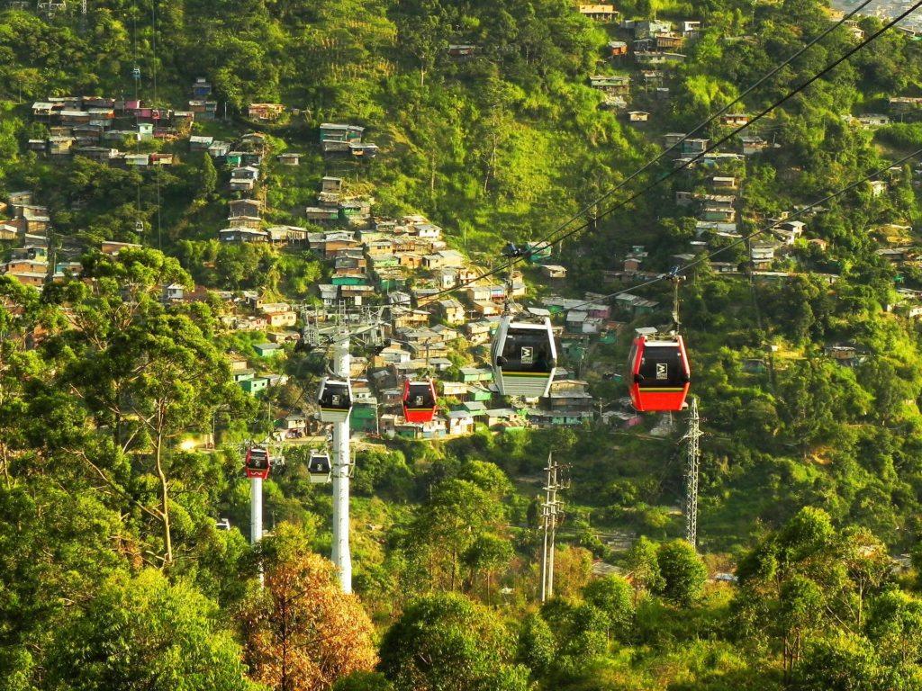 Luego de la primera línea de Metrocable, la ciudad de Medellín ha venido ampliando el sistema. Hoy tiene 4 líneas y proyecta una quinta para el sector noroccidental. Aquí el Metrocable de la Comuna 13.