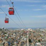 Río de Janeiro (Brasil) fue una de las primeras ciudades fuera de Colombia que siguió el ejemplo de Medellín y construyó su cable aéreo en una de las favelas más pobladas: Complexo de Alemao. Desafortunadamente hoy el sistema de cables no está operando. Foto Shutterstock