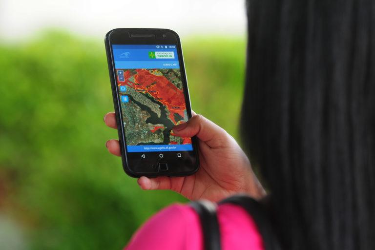 A través de celular, los habitantes de Brasilia aprenden a comprar en terrenos legales