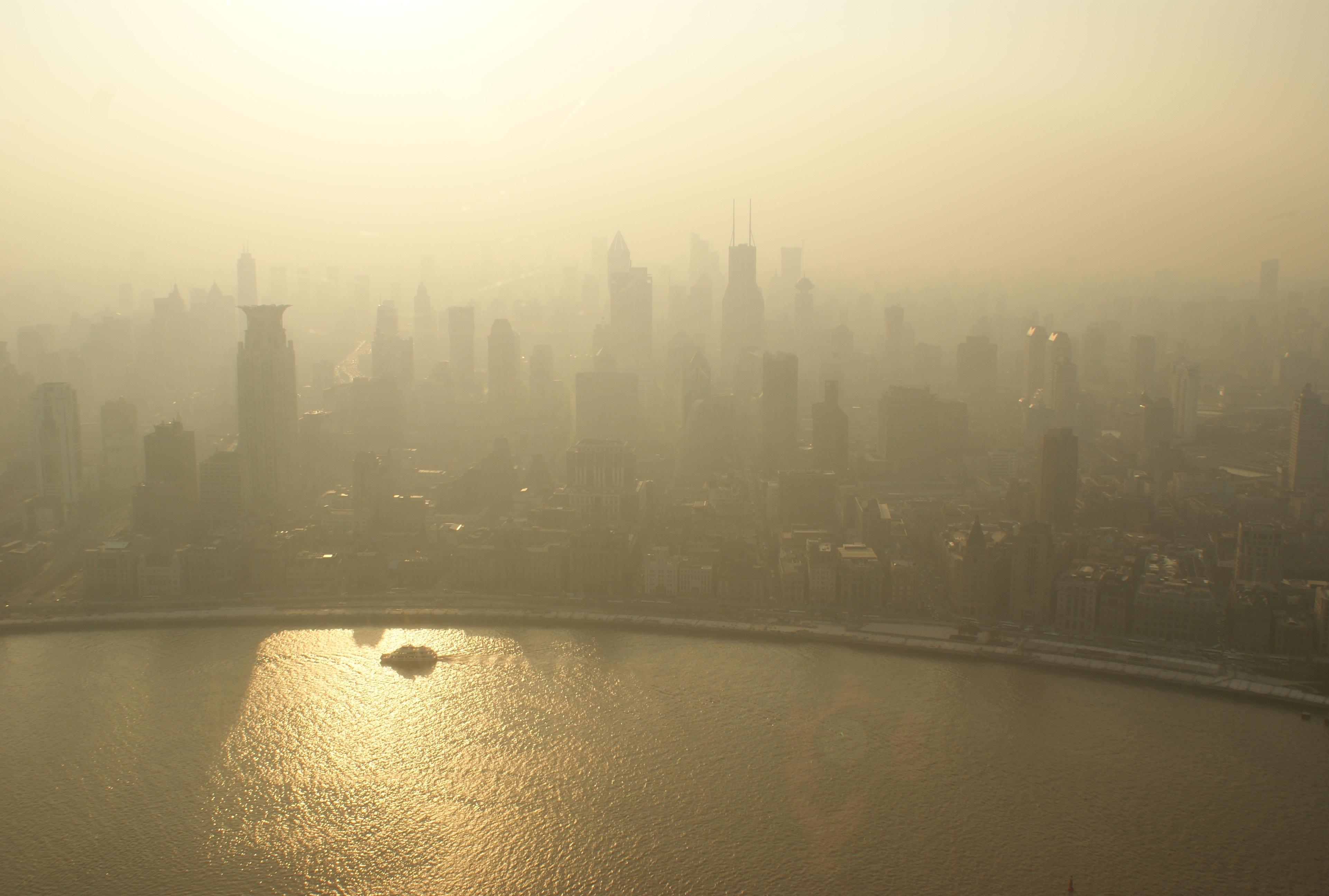El aumento rápido de contaminación puede ser tan dañino para el corazón como los niveles permanentes, revela estudio