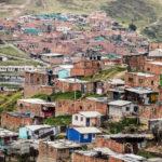 La ciudad también tiene unos de los barrios más grandes, complejos y surgido de la inmigración como un asentamiento informal: Ciudad Bolívar. Hoy tiene cerca de 700 000 habitantes y muchos problemas por resolver. Es la localidad 19 del Distrito Capital de Bogotá. Foto: Jess Kraft - Shutterstock