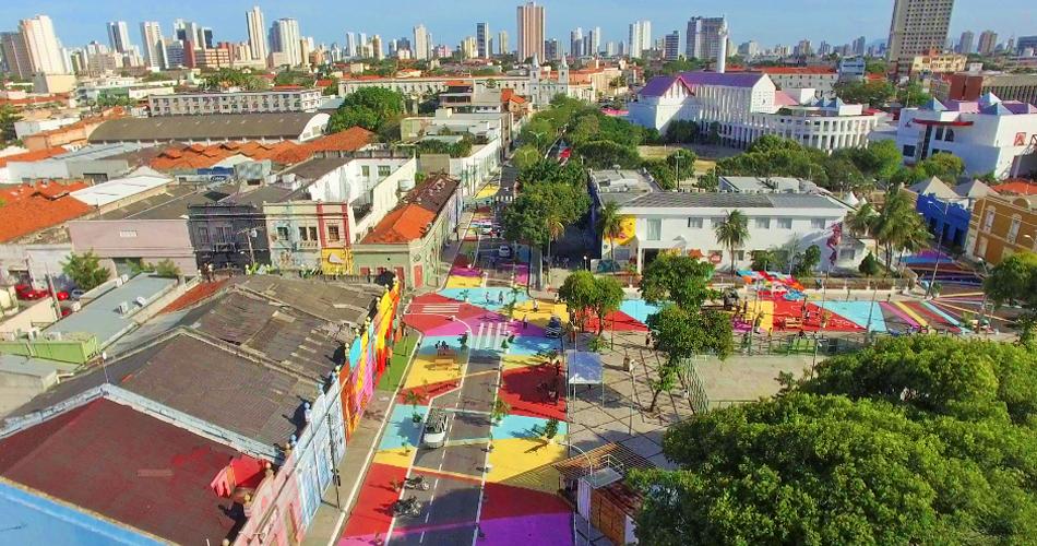 En los años recientes el urbanismo táctico se ha posicionado como una tendencia que tiene en el color uno de sus mayores recursos. Aquí la intervención hecha por NACTO en una zona emblemática de Fortaleza (Brasil): la Rua Drag ã o Do Mar.