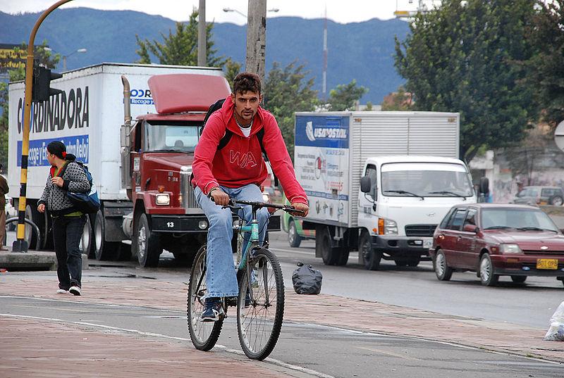 El aire contaminado afecta a los ciclistas urbanos de Bogotá