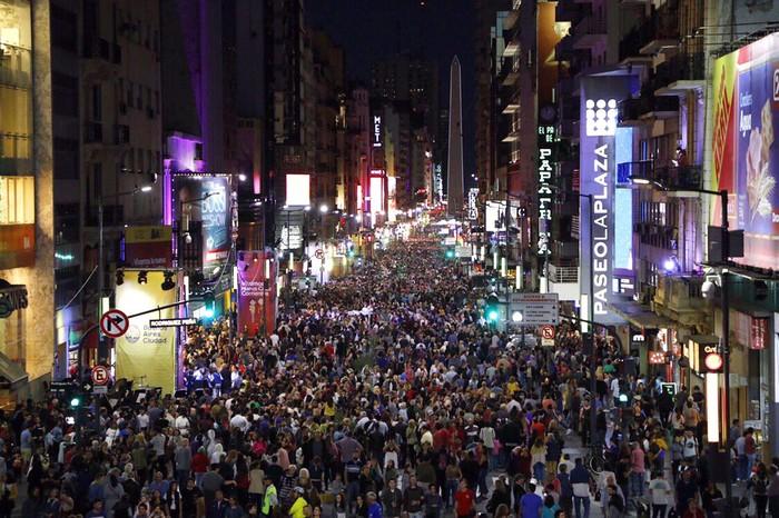 Porteños asistieron masivamente a la inauguración de la nueva peatonal Calle Corrientes