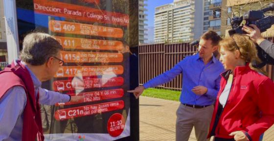 Inauguran paraderos digitales que entregan información sobre buses en Las Condes