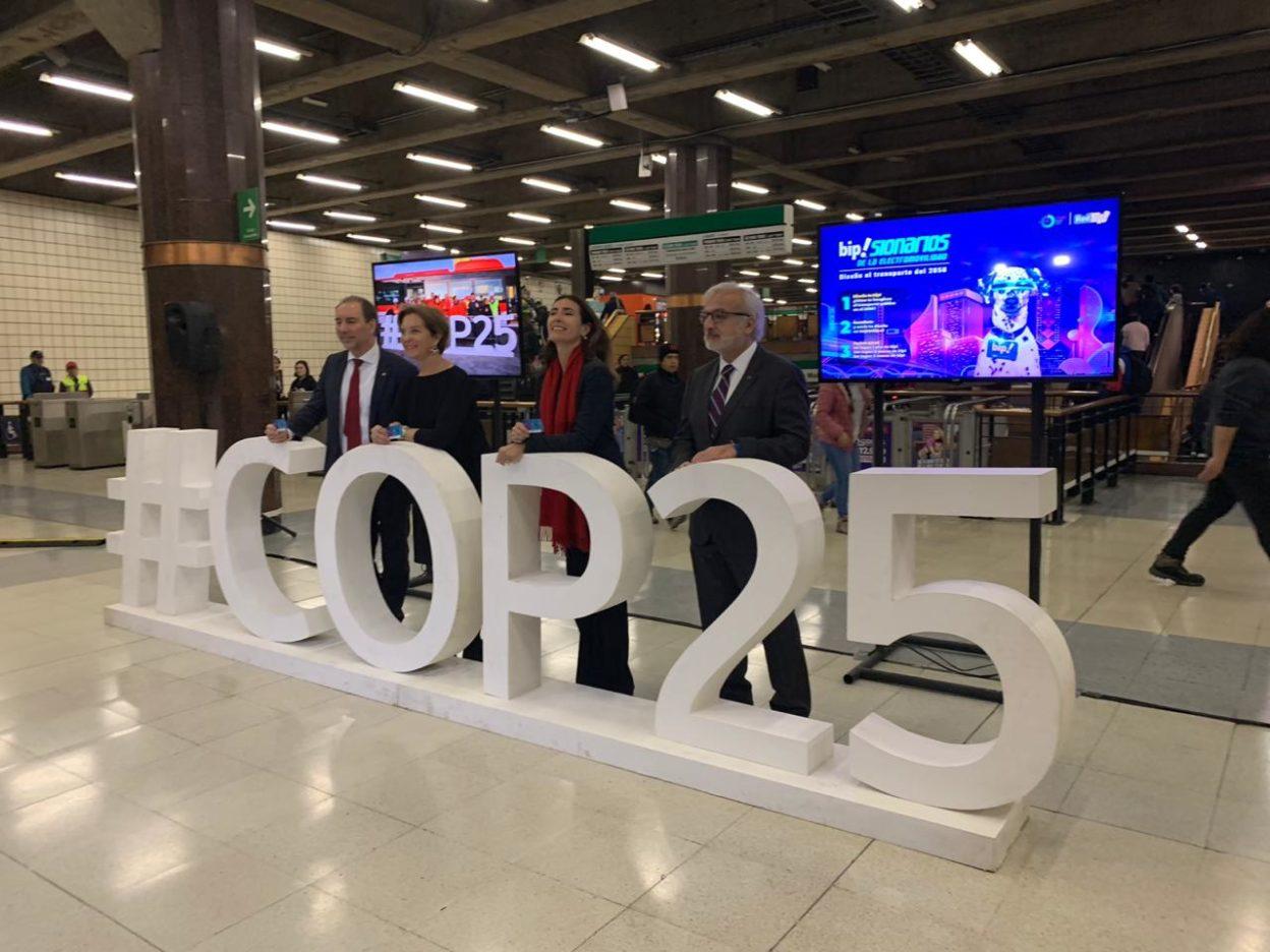 """Metro de Santiago tendrá tarjeta """"bip"""" alusiva a la COP25"""
