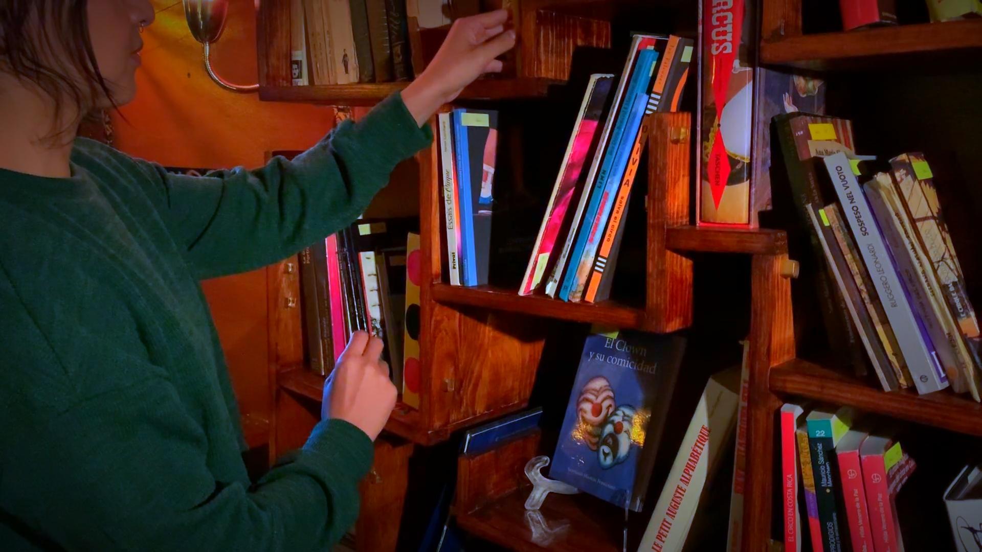 La biblioteca de Cirko Demente cuenta con más de mil libros y documentos sobre temática circense. Foto: Arturo Díaz