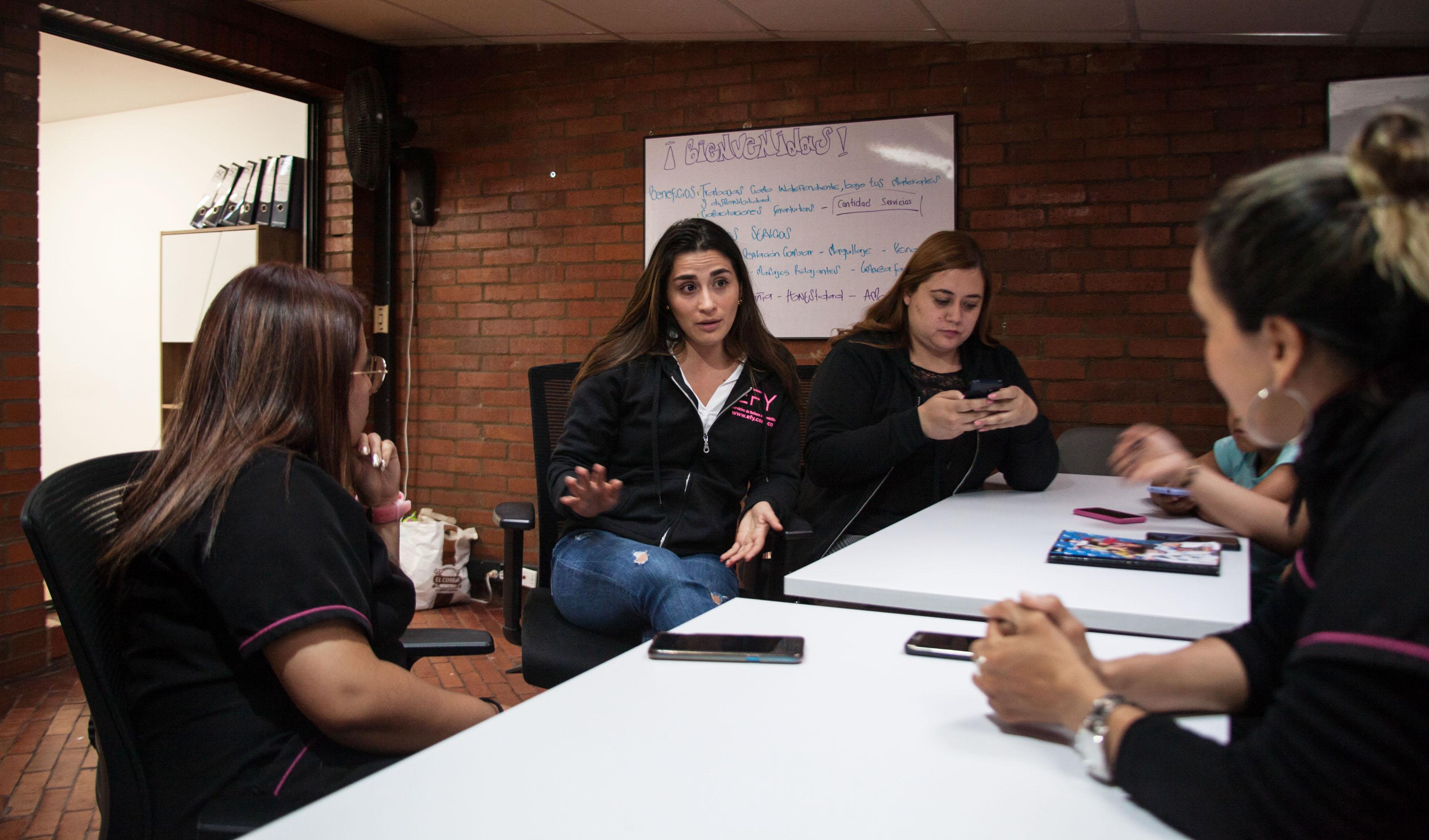 Las mujeres que hacen parte de EFY también reciben cursos de actualización en técnicas y tendencias en el área del maquillaje, las uñas y la salud en el trabajo. Foto: Jhonatan Acevedo