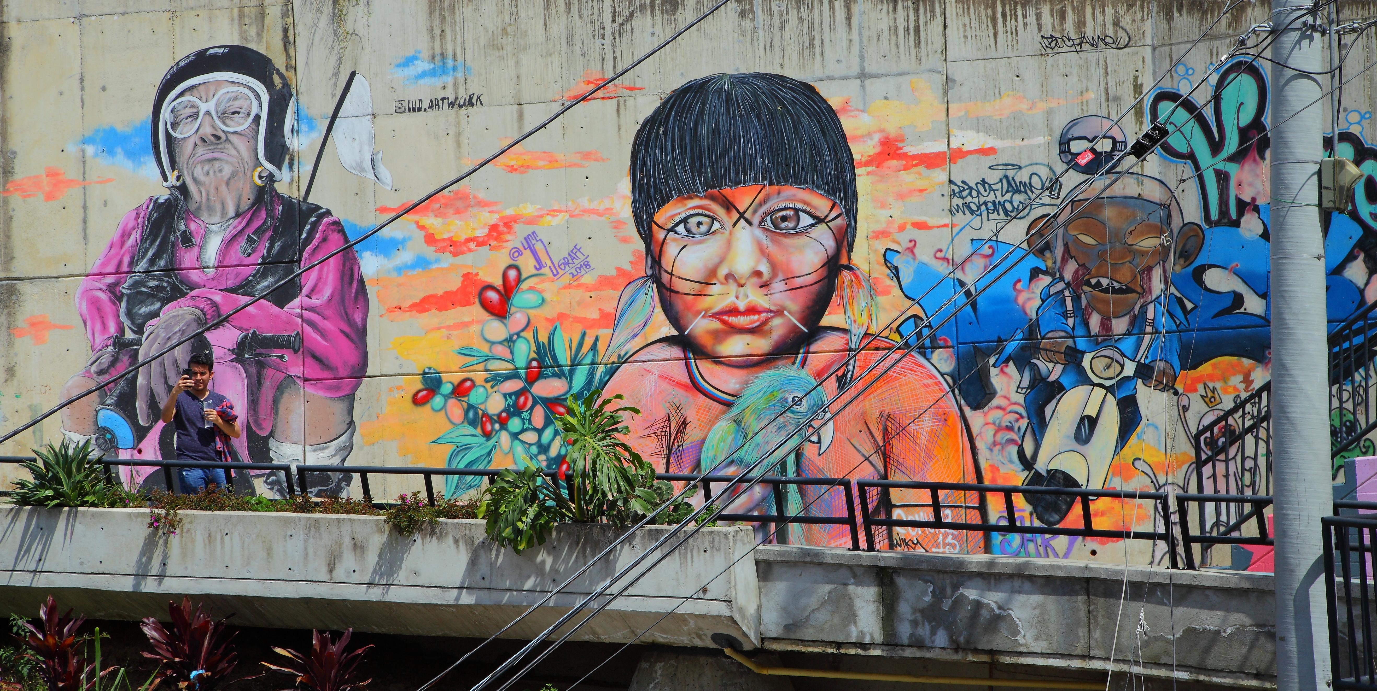 Tan solo en los últimos tres años, el Graffitour de la Comuna 13, ha llevado más de 20.000 turistas extranjeros. Foto: Óscar Tobón
