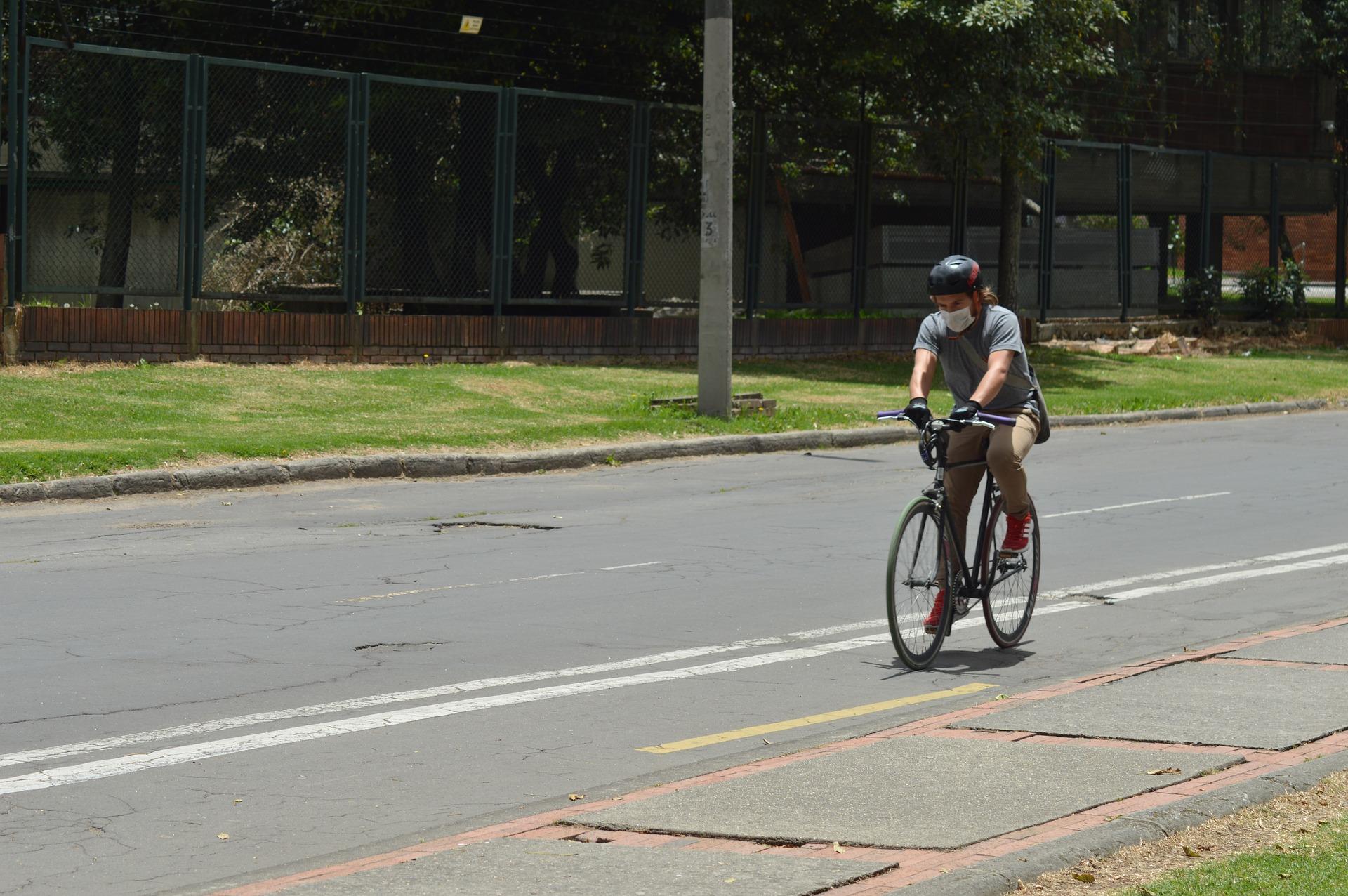 Bogotá fortalece su movilidad sostenible con buses a gas y volviendo permanentes ciclovías temporales