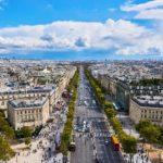 Pero hoy los parisinos no aman los Campos Elíseos. El análisis de las cifras del tráfico de peatones entrega un dato de este desamor: dos tercios de todos los peatones que pasean por los Campos Elíseos son turistas (68 %), la inmensa mayoría de los cuales proviene del extranjero (más del 85 %). Mientras que los parisinos solo representan el 5 % de los peatones que visitan y recorren el bulevar. Foto: NakNakNak/Pixabay