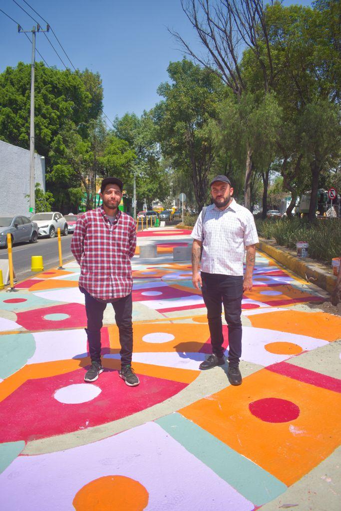 """Dayron y Raymundo, integrantes del colectivo Chachachá, con su diseño """"nudo de serpientes"""""""