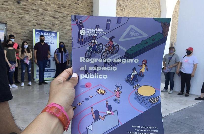 Entrega de manuales previo a las acciones de urbanismo táctico en las calles de la comunidad. Los participantes no sólo conocieron el manual y lo implementaron, también compartieron su contenido en sus redes sociales.